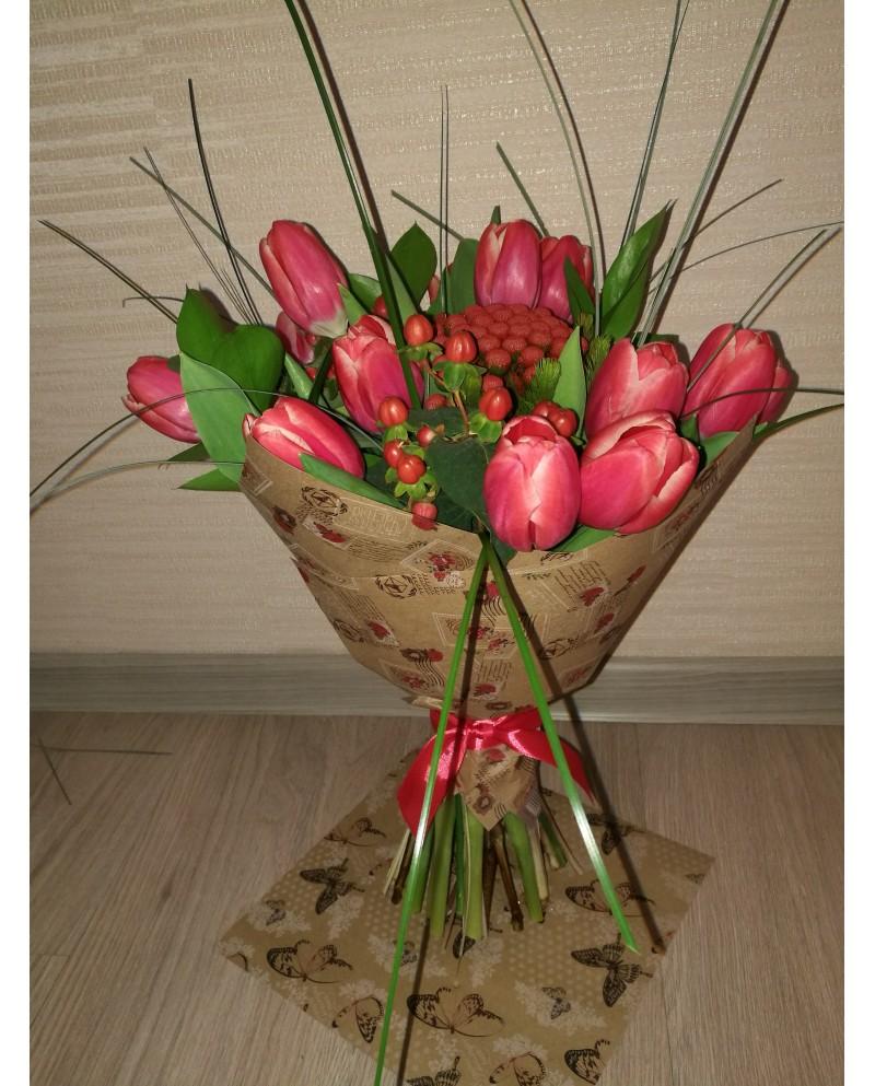 Букет с красными тюльпанами