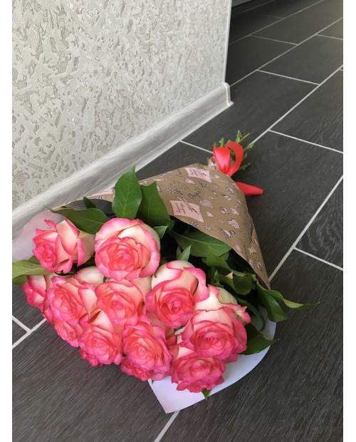 Букет роз в крафте