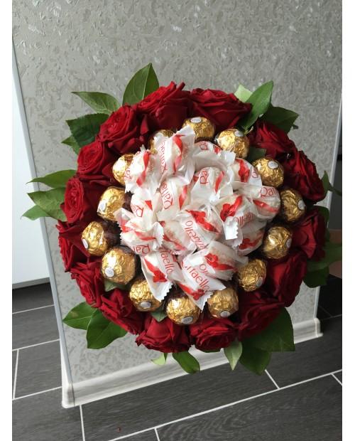 Букет красных роз с конфетами