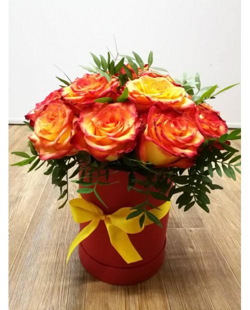 Розы Хай Мэджик в шляпной коробке