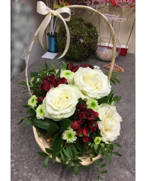 Корзинка с белыми розами